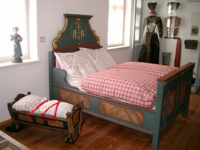 Bett und Kinderwiege